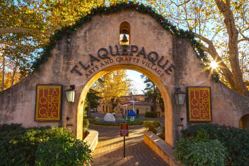 曲拱对Tlaquepaque西班牙艺术和工艺村庄的门入口在Sedona 免版税库存照片