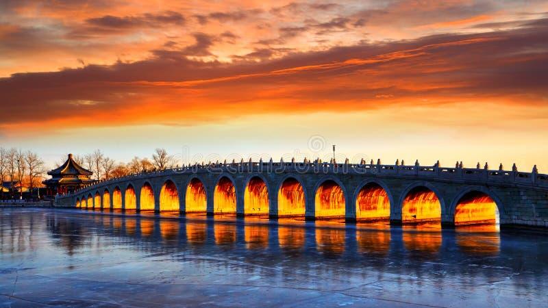 17曲拱桥梁不可思议的日落,颐和园,北京 免版税库存照片