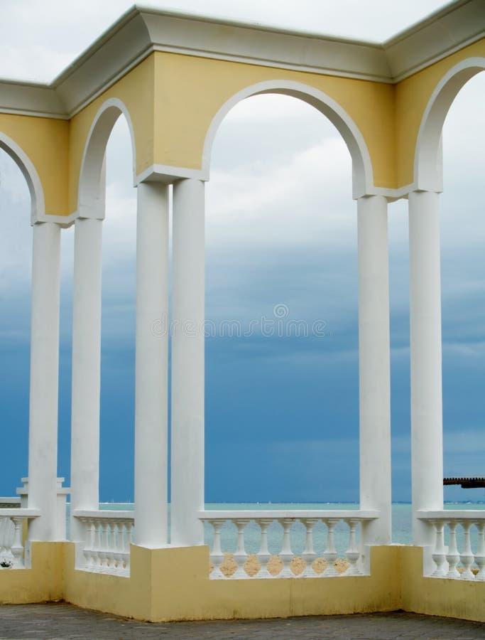 曲拱楼梯栏杆framings海运 免版税图库摄影