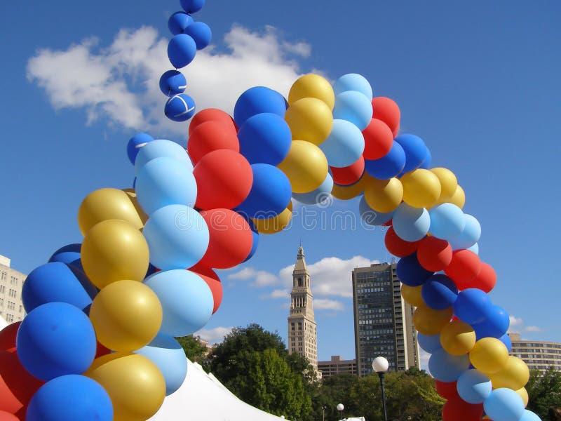 曲拱气球 库存图片