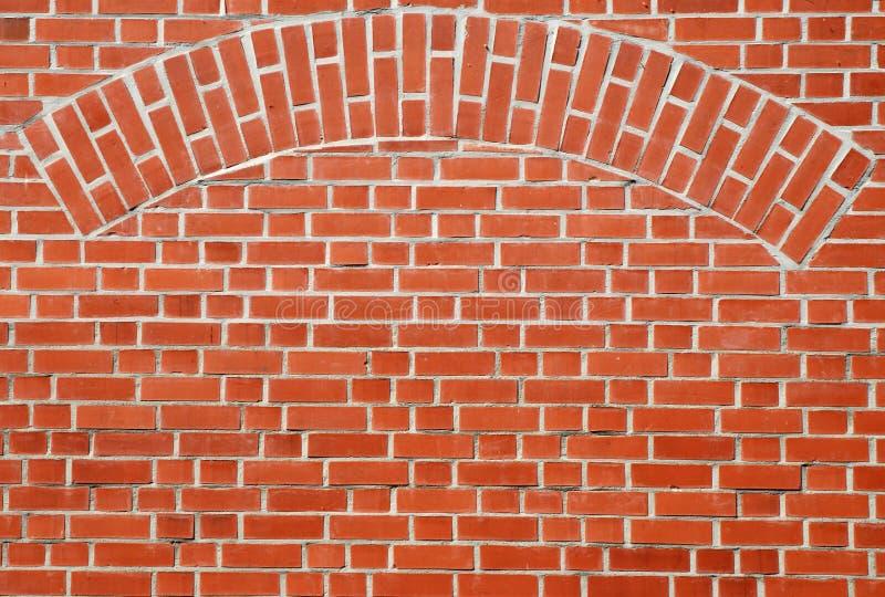 曲拱砖红色墙壁 免版税库存照片