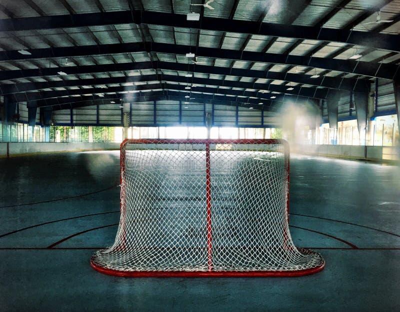 曲棍球网在一个室外溜冰场 库存图片