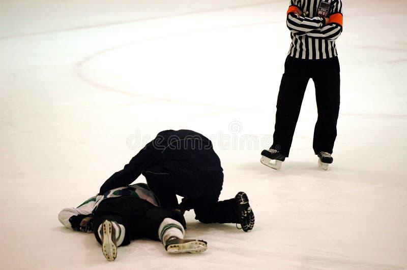 曲棍球被伤害的球员 库存照片