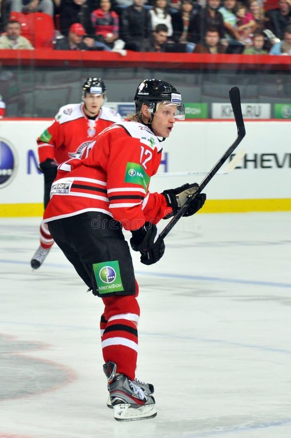 曲棍球运动员用在冰的一根棍子 免版税库存图片