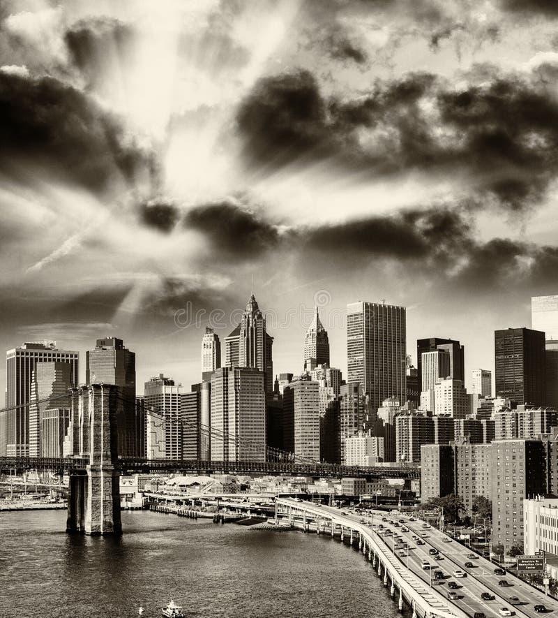更低的曼哈顿地平线-纽约,美国黑白看法  免版税库存图片