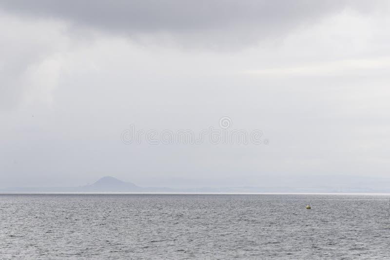 更低的缓慢岸和北海水看法  免版税库存照片