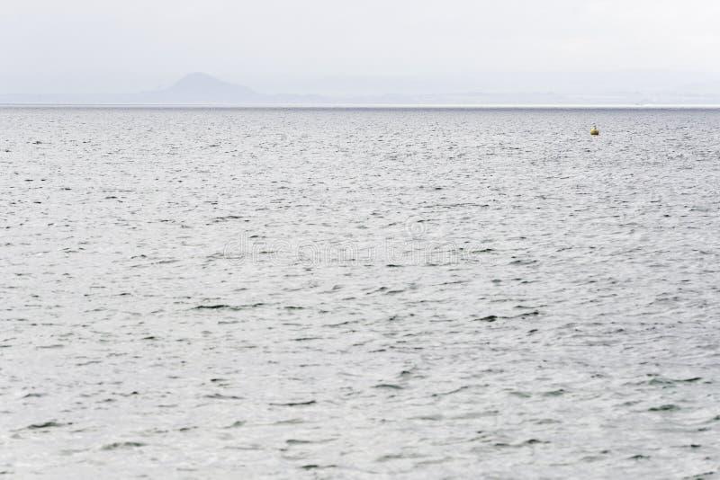更低的缓慢岸和北海水看法  免版税图库摄影
