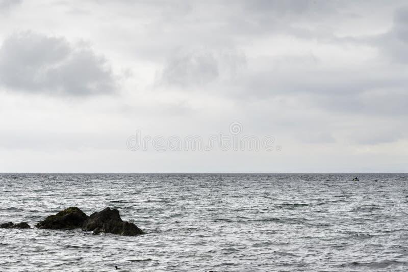 更低的缓慢岸和北海水看法  免版税库存图片
