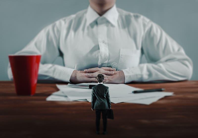 更低的雇员遇见高级领导 库存照片