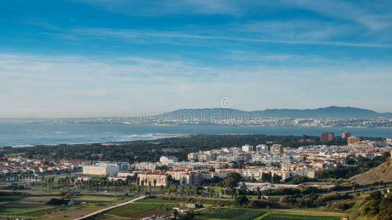 更加伟大的里斯本高透视图从Miradouro Aldeia dos Capuchos的在科斯塔de卡帕里卡 免版税库存图片