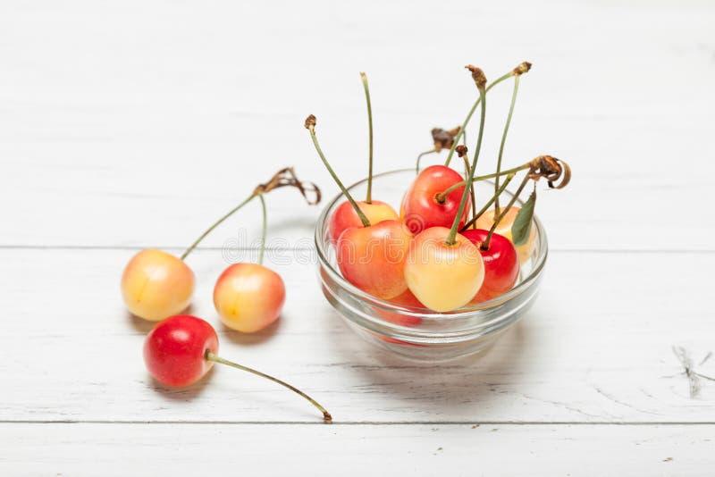 更加多雨的金黄樱桃,变老了可口莓果 饮食点心 免版税库存图片