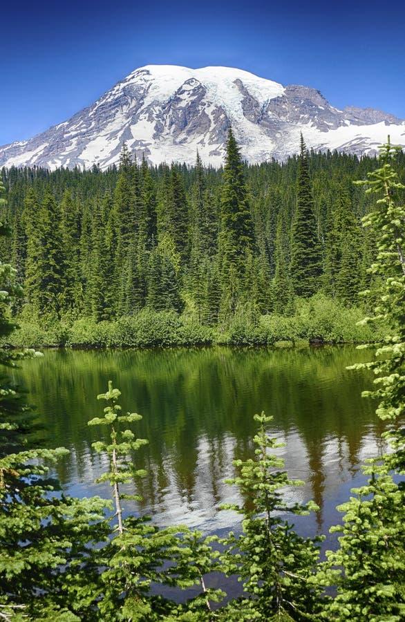 更加多雨的Mt在Reflection湖反映了 免版税库存图片