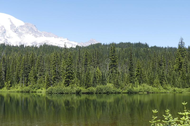 更加多雨的Volacano Mt在Reflection湖反映了 免版税库存图片