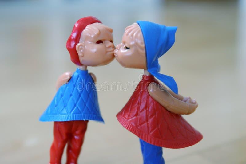 更加接近夫妇亲吻 免版税库存照片
