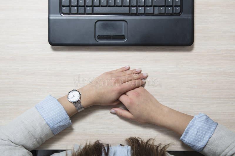 更加无所事事的懒惰在工作,在书桌的顶视图 免版税库存照片