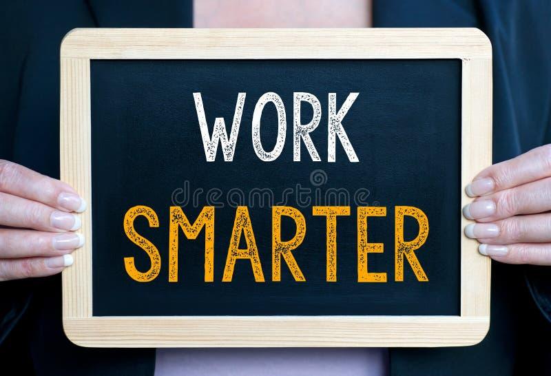 更加聪明的工作-有黑板的女实业家 免版税图库摄影
