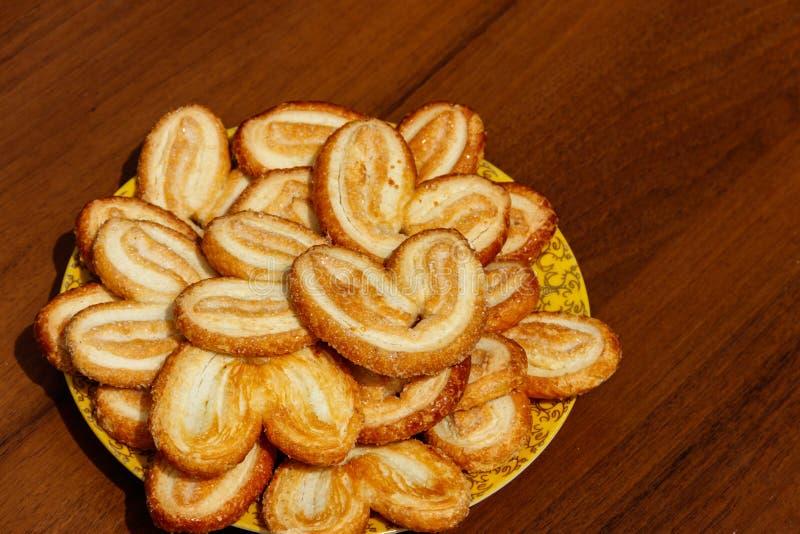 更加获奖的饼干-法国曲奇饼由油酥点心制成也叫棕榈叶、细平面海绵体或者法国心脏 库存照片