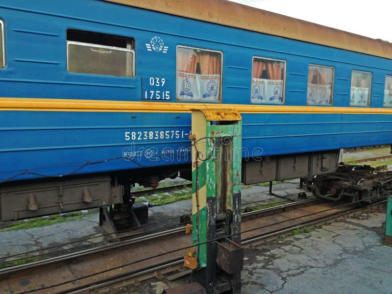 更换在火车的轮子做法  免版税库存照片