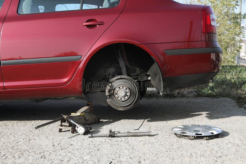更换现代轮子的汽车 库存图片