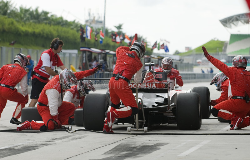 更改印度尼西亚pitstop小组轮胎的a1 图库摄影
