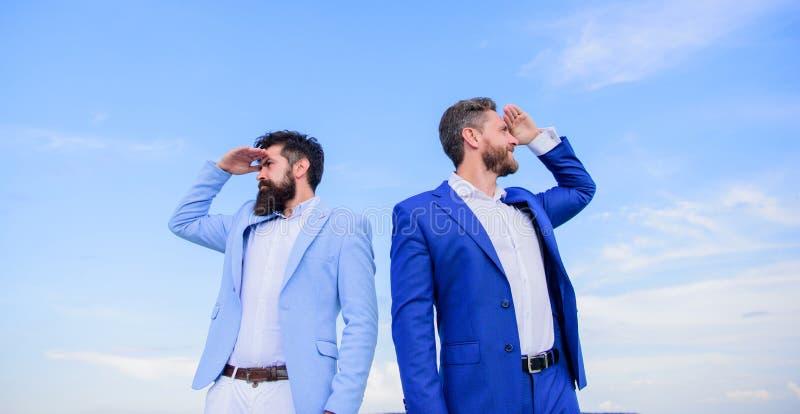 更改的路线 新的企业方向 开发的企业方向 商人有胡子的面孔站立支持 库存照片