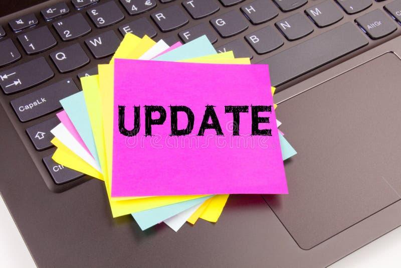 更新在办公室特写镜头做的文字文本在便携式计算机键盘 数字式互联网改善的企业概念 图库摄影