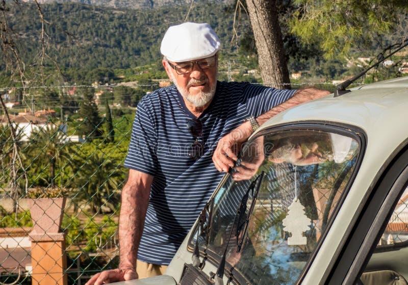 更老的人在停留在他的汽车附近的好日子 免版税图库摄影