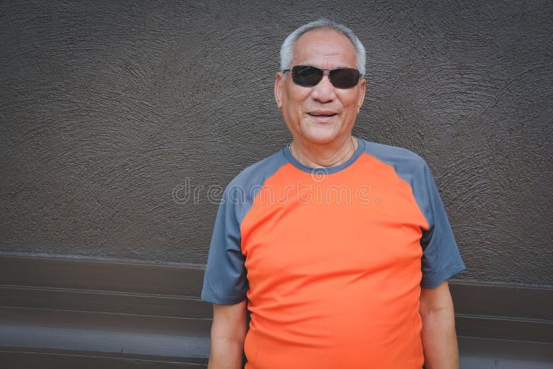 更老的人身分&微笑 年长男性放松户外 Se 免版税库存照片