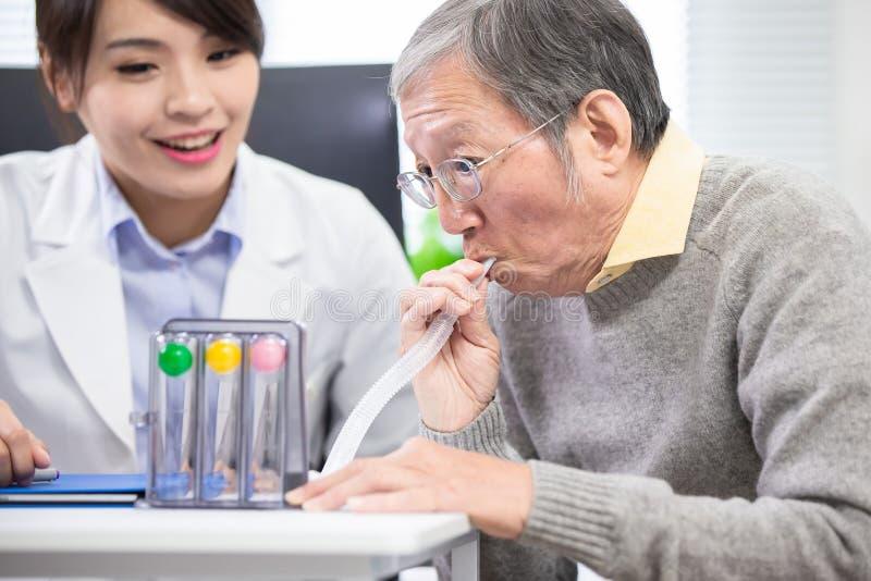 更老的患者有triflow训练 免版税库存图片