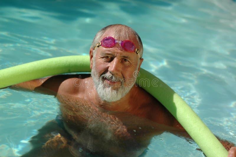 更老的池游泳者 库存图片