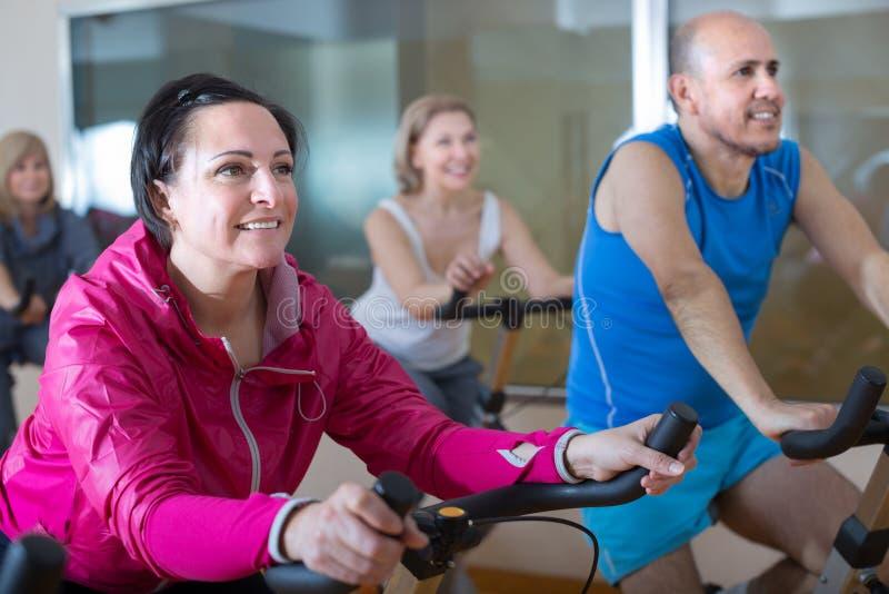 更老的男人和妇女参与健身房 免版税图库摄影