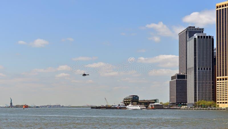 曼哈顿下城、上纽约湾和自由女神像在距离,纽约,美国 免版税库存图片