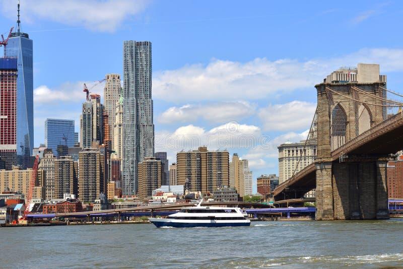 曼哈顿下城、游轮和布鲁克林大桥 纽约NYC,多数人口众多的城市在美国 免版税库存图片