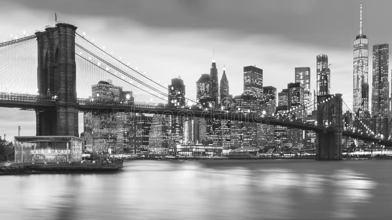 曼哈顿下城和布鲁克林大桥,纽约的一个宏伟的视图 免版税库存照片