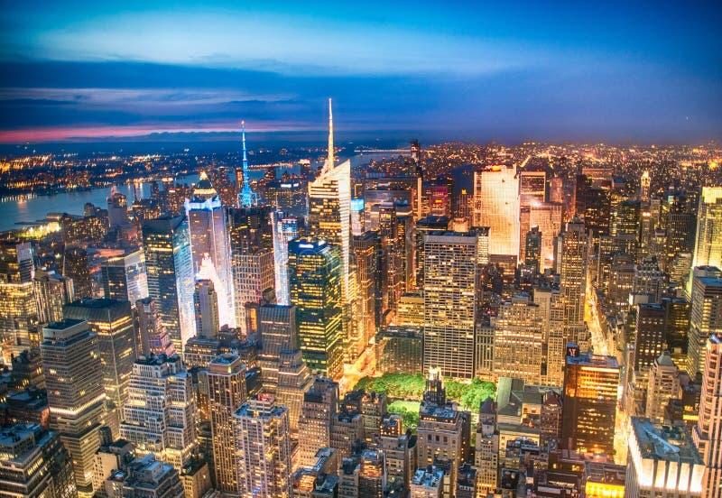 曼哈顿光在晚上,纽约鸟瞰图  库存图片