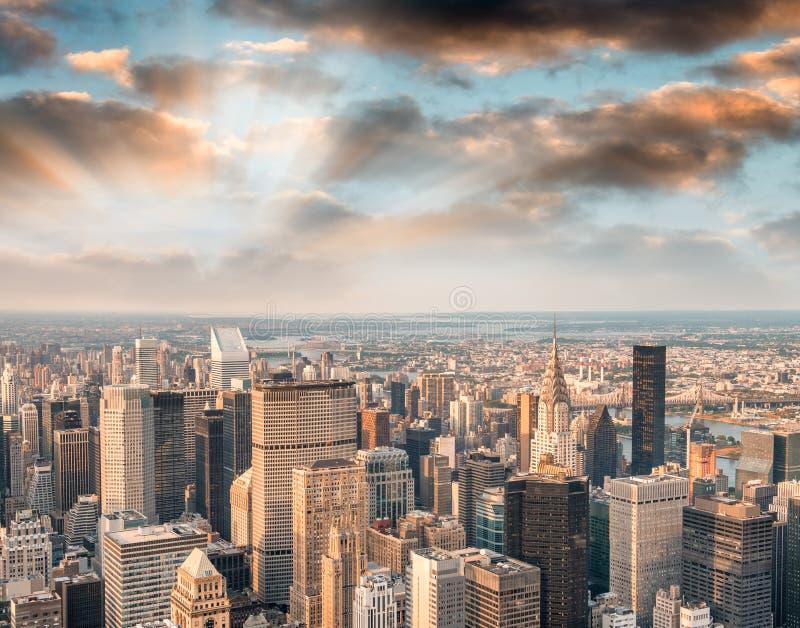 曼哈顿光在晚上,纽约鸟瞰图  免版税库存照片