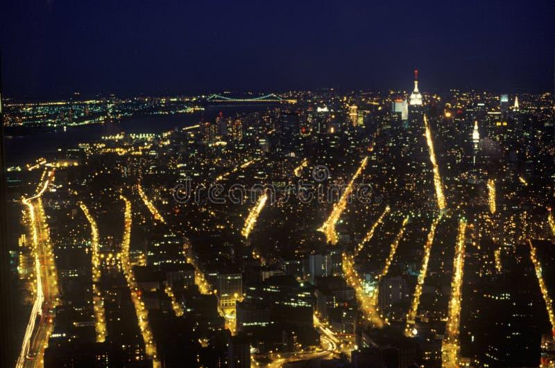 曼哈顿在从帝国大厦,纽约, NY的晚上 免版税库存照片