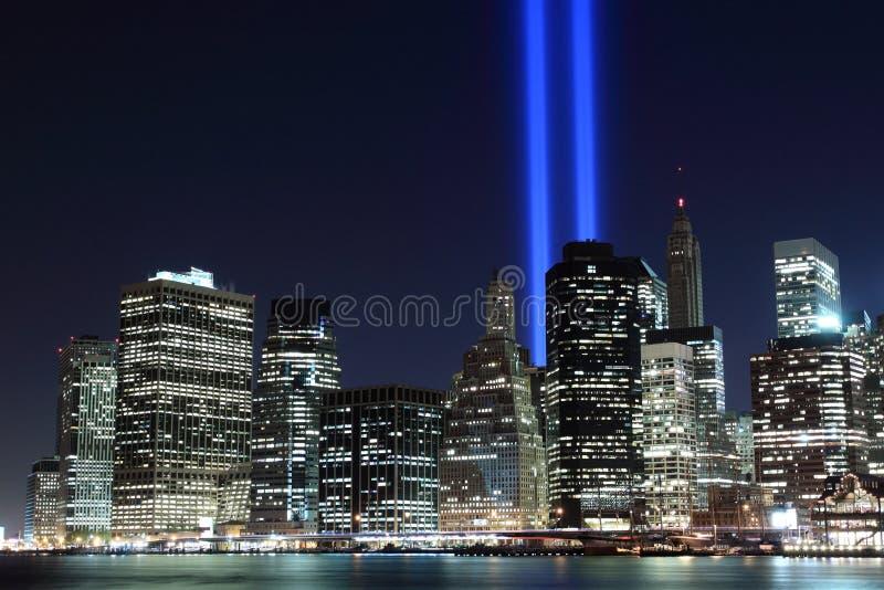 曼哈顿地平线和光塔在晚上 免版税图库摄影