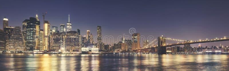 曼哈顿地平线和布鲁克林大桥在晚上 免版税库存图片