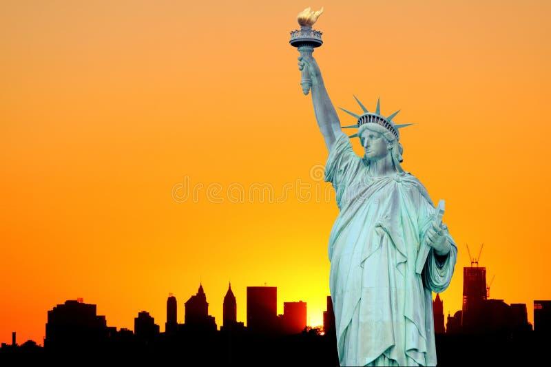 曼哈顿地平线和自由女神像 免版税图库摄影