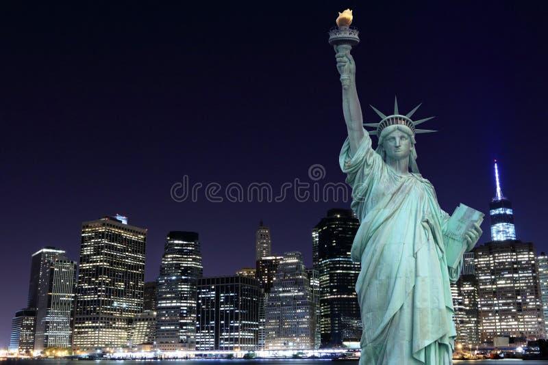 曼哈顿地平线和自由女神象在晚上 库存图片