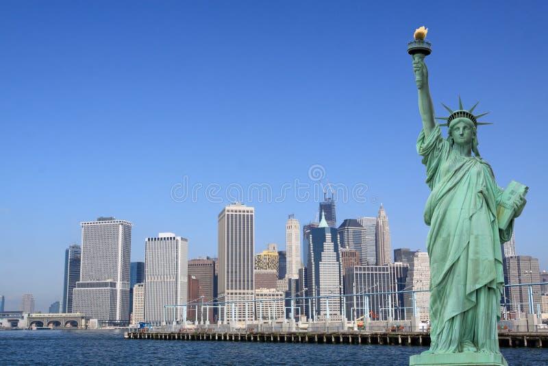 曼哈顿地平线和自由女神象 免版税库存照片