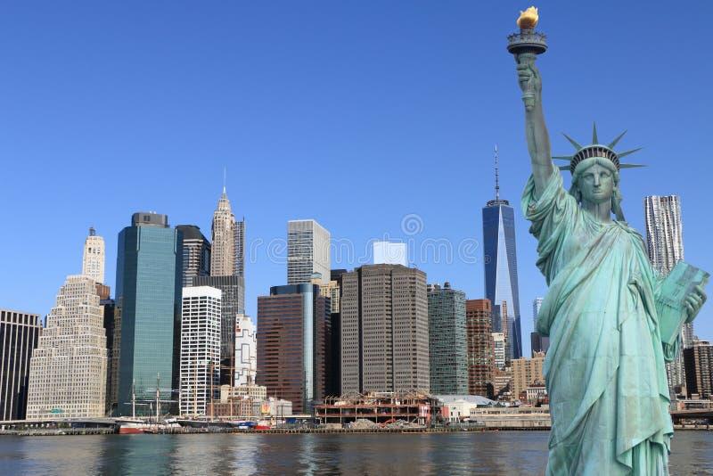 曼哈顿地平线和自由女神象 免版税库存图片