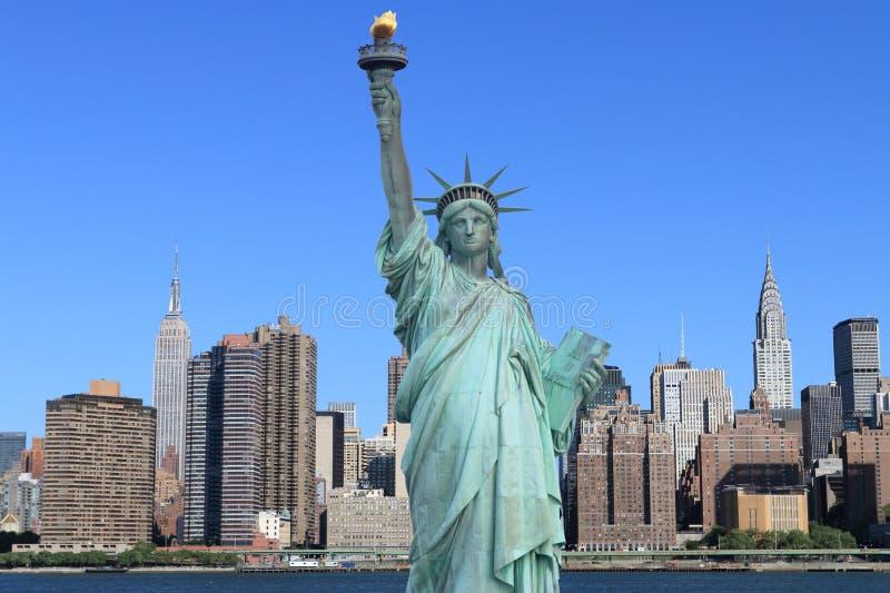 曼哈顿地平线和自由女神象 图库摄影