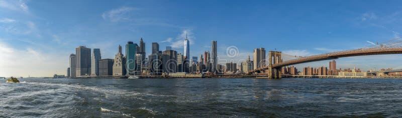 曼哈顿地平线在与布鲁克林大桥的一好日子视线内 免版税库存照片