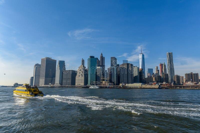 曼哈顿地平线在从布鲁克林的一好日子 免版税库存图片