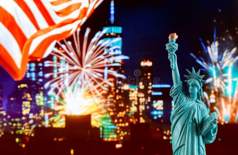 曼哈顿地平线在夜和自由女神像里 图库摄影