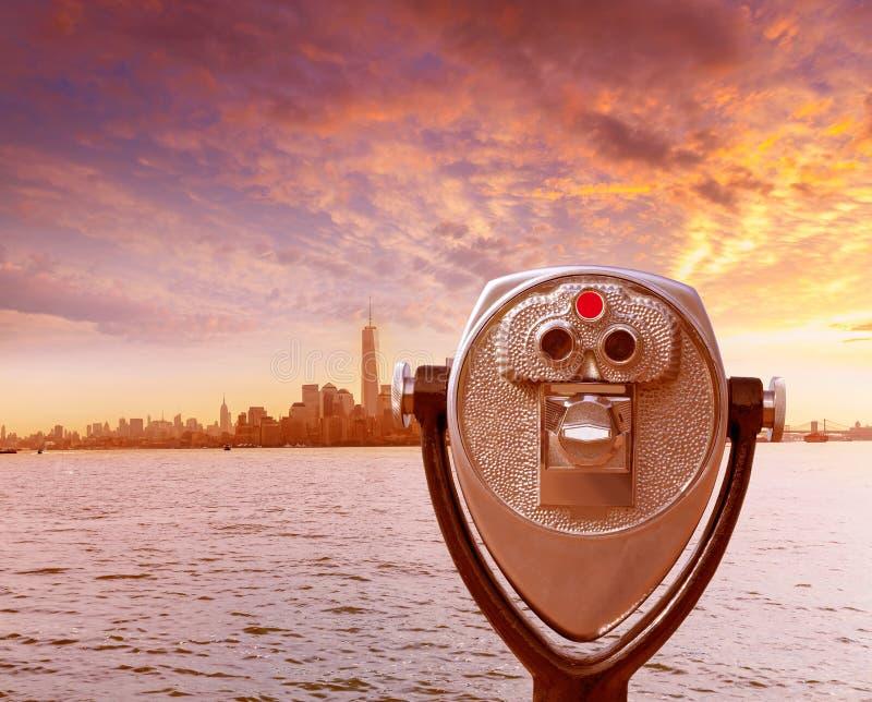曼哈顿地平线在自由的纽约望远镜 库存图片