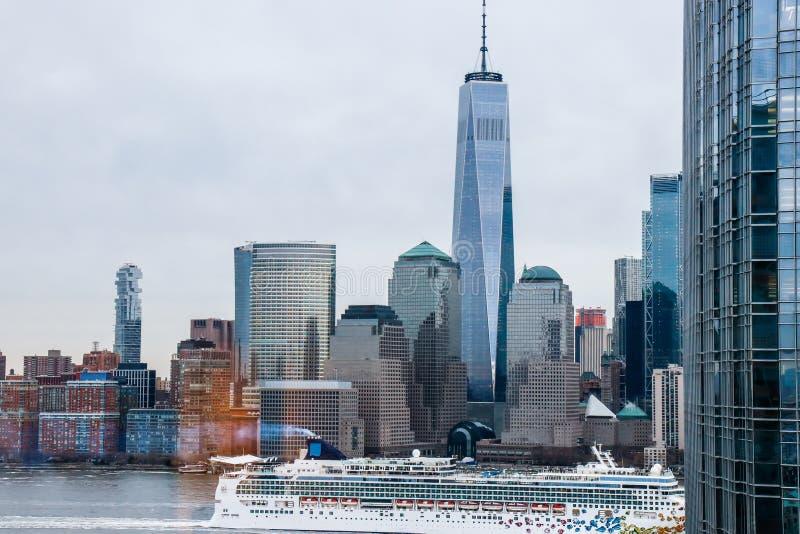 曼哈顿地平线看法与白色巡航划线员的从霍博肯 纽约 库存图片