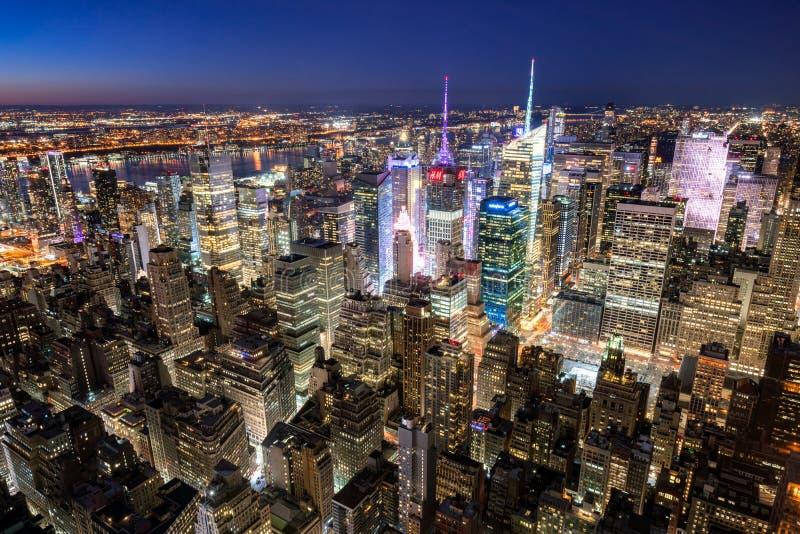 曼哈顿摩天大楼在晚上时代广场 看法包括纽约时报塔,洛克菲勒中心 城市纽约 免版税库存照片